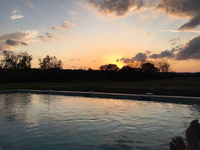 Gite-le-Manoir-de-Vauvredon—piscine-coucher-soleil-4