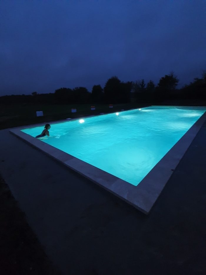 Gite-le-Manoir-de-Vauvredon—piscine-nuit-4